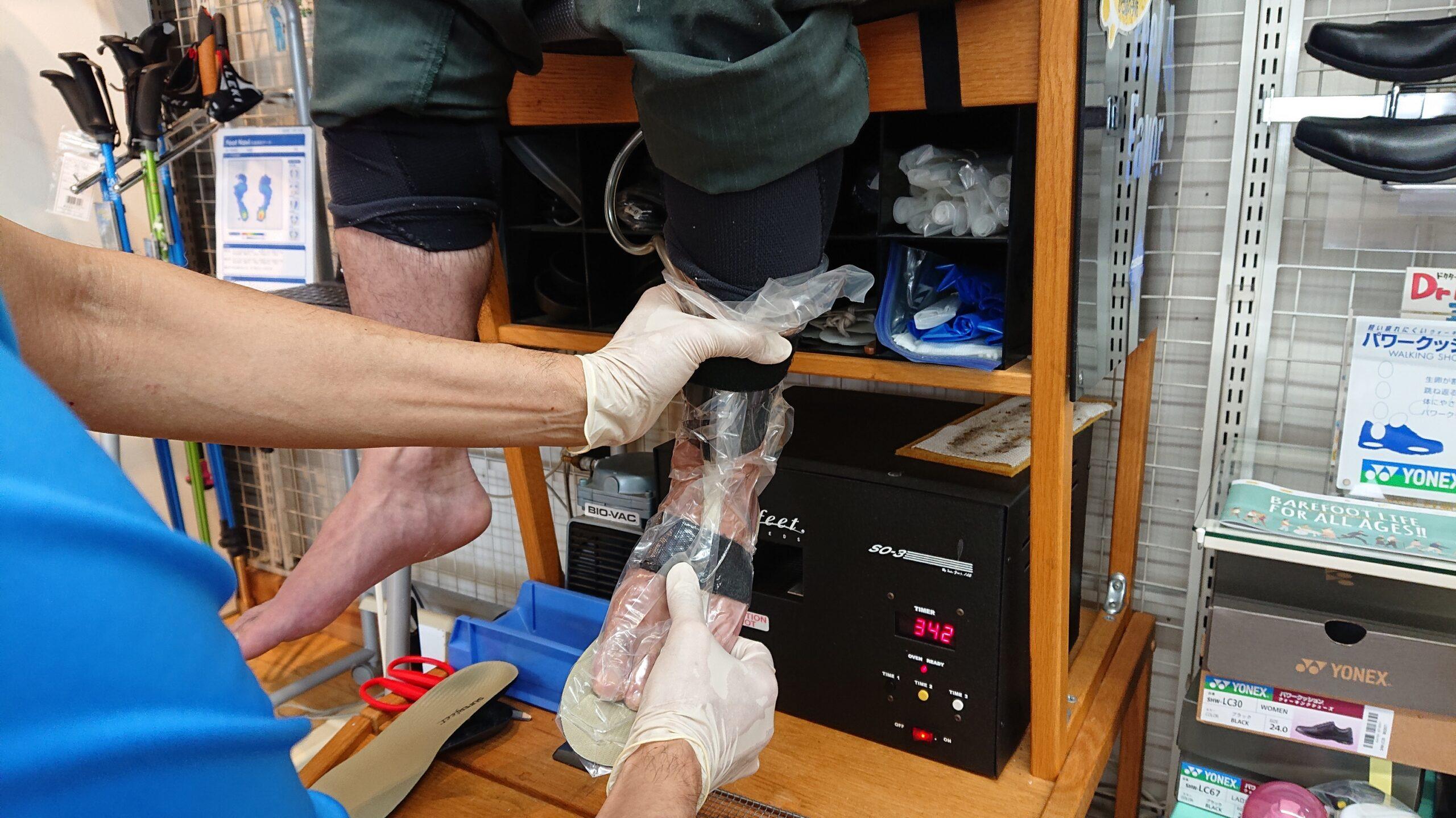 加熱したインソールを足に合わせカバーをかぶせて、空気を抜き足の骨格をインソールにプリントアウトします。